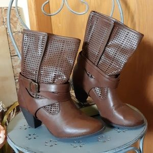 EUC Maurices Perforated Bobbi Ankle Boot Brown 9